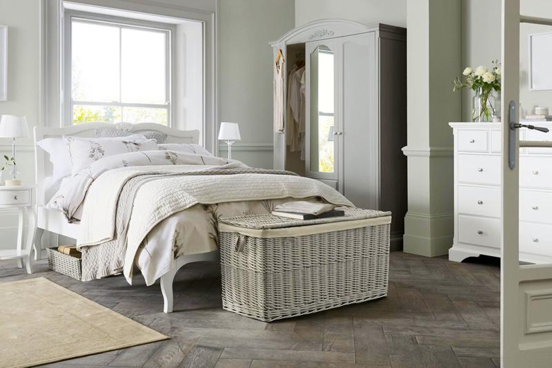 Widna sypialnia w kolorach szarości i bieli