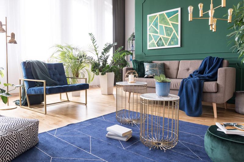 Widny salon w odcieniach zieleni i niebieskiego