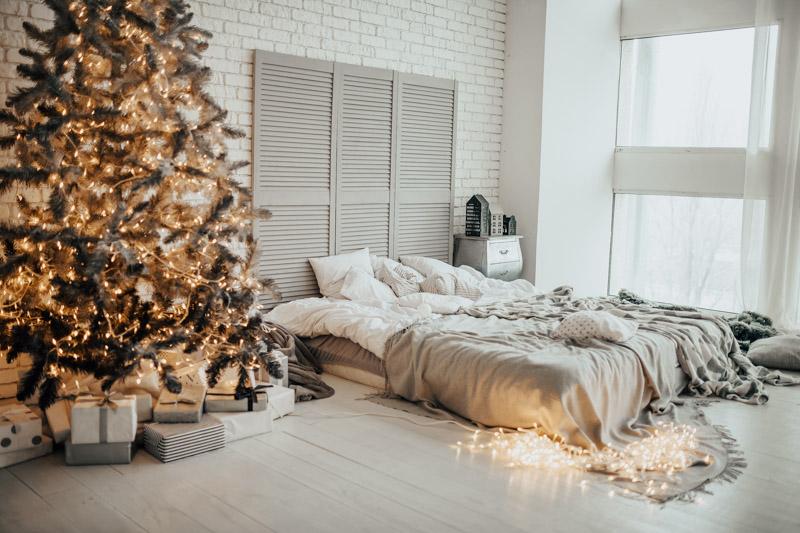 Jasny pokój ze świątecznym wystrojem